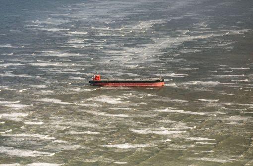 Frachter hält Experten in Atem, Bahn verkehrt normal