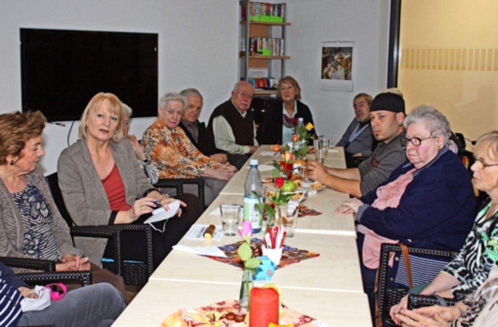 Die stellvertretende Grünen-Bezirksbeirätin Gabriele Leitz (Zweite von links) und Ivo Josipovic (mit Mütze) sprechen mit den Café-Kugelrund-Gästen. Foto: Rebecca Stahlberg