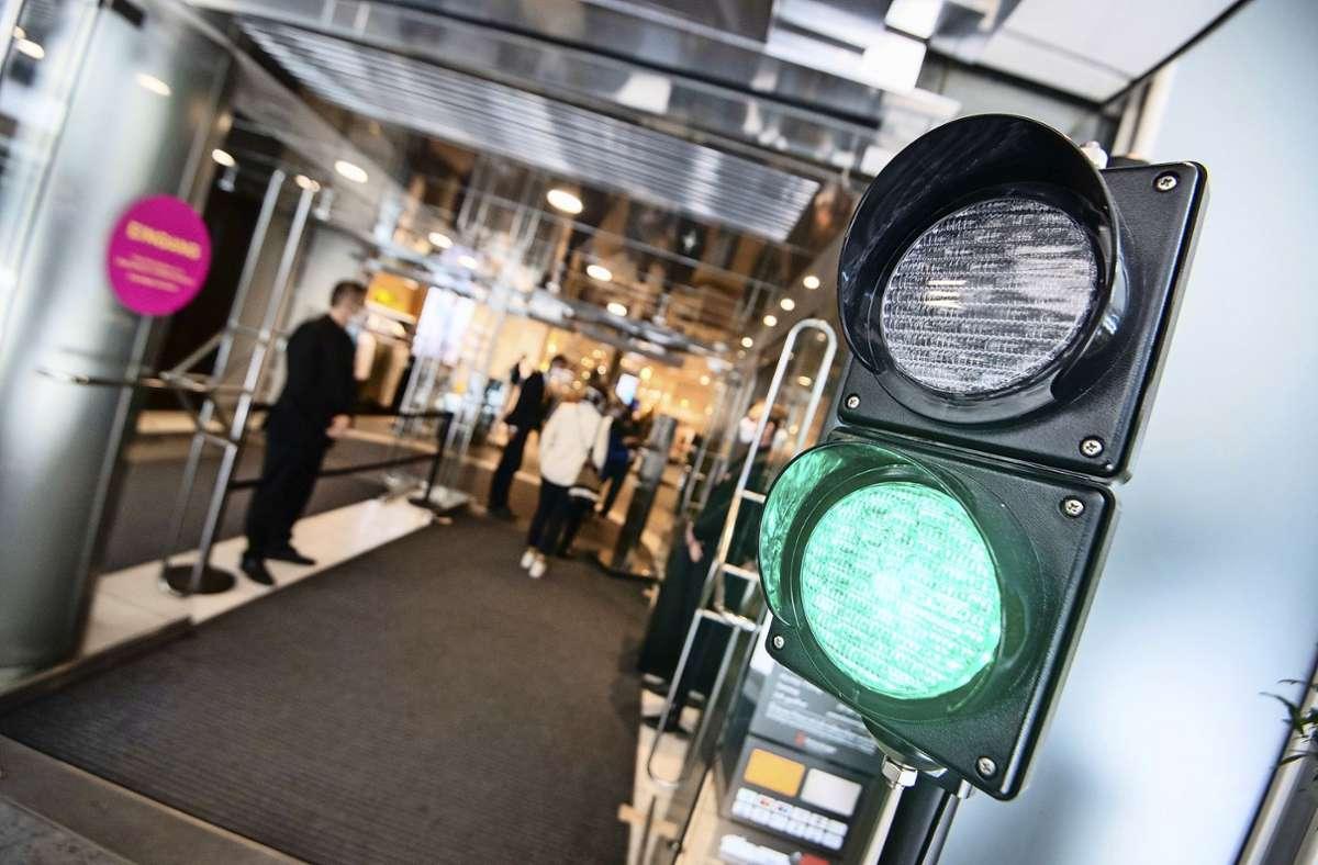 Ausgeklügeltes Ampelsystem bei Breuninger  in Stuttgart am Marktplatz. Foto: dpa/Marijan Murat