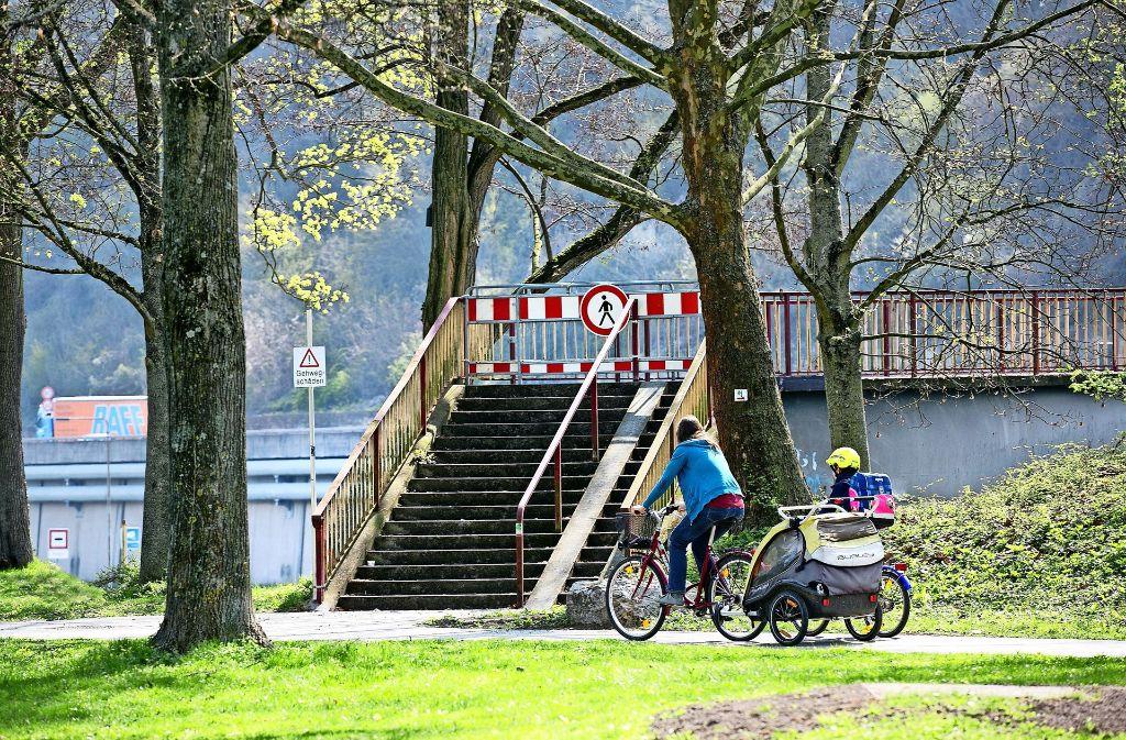 Der Steg ist zu, Fußgänger müssen  über die Vogelsang-  oder die Pliensaubrücke. Foto: Rudel