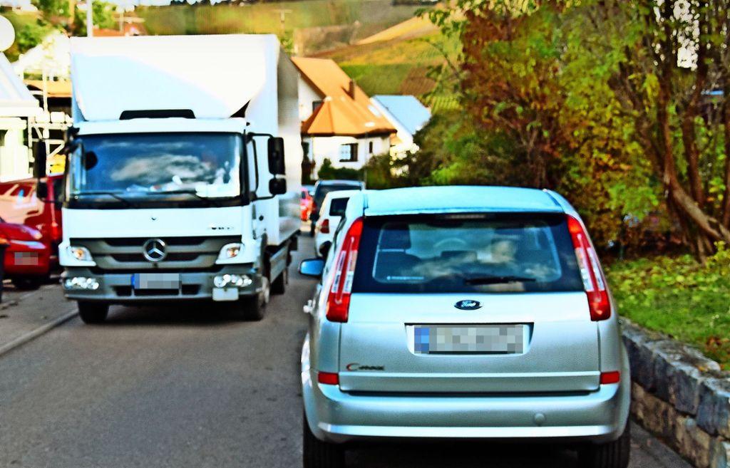 Damit die  Buslinie 109  auf der Tiroler Straße verkehren kann, werden dort von März an 31 Parkplätze entfallen. Foto: Mathias Kuhn