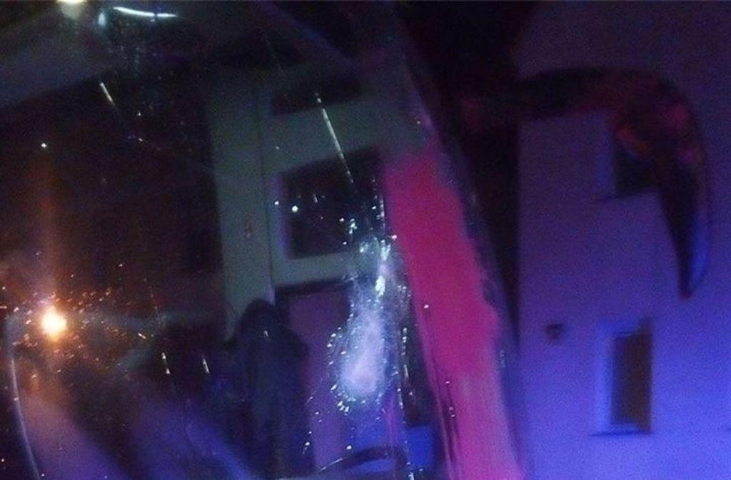 Die Busfront wurde von Steinen un Farbbeuteln getroffen, wobei auch die Scheibe splitterte. Foto: privat
