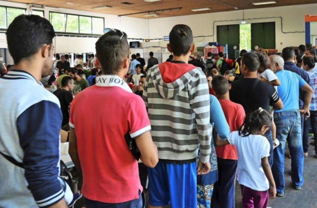 Flüchtlinge aus aller Herren Länder leben in den Asylbewerberheimen eng zusammen – viel Potential für Konflikte. (Symbolbild). Foto: dpa