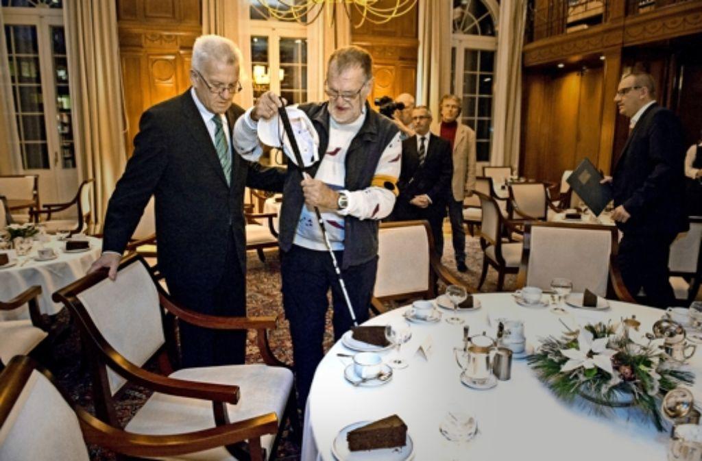 Ministerpräsident Winfried Kretschmann führt Dietrich Wagner in der Villa Reitzenstein an den Tisch. Dort hat sich der Regierungschef für den Schwarzen Donnerstag entschuldigt. Foto: dpa