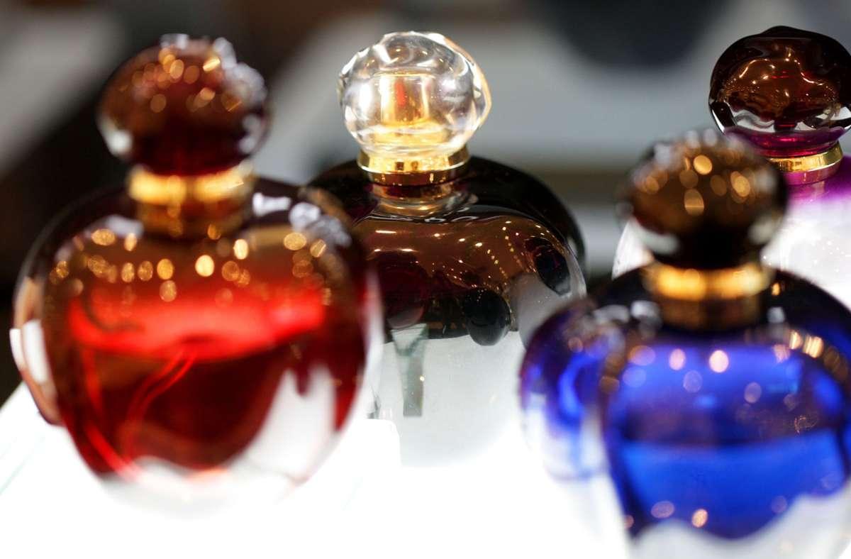 Die Tatverdächtigen sollen es auf Parfümflaschen in dem Laden in Stuttgart-Feuerbach abgesehen haben (Symbolfoto). Foto: picture alliance / dpa/Rolf Vennenbernd