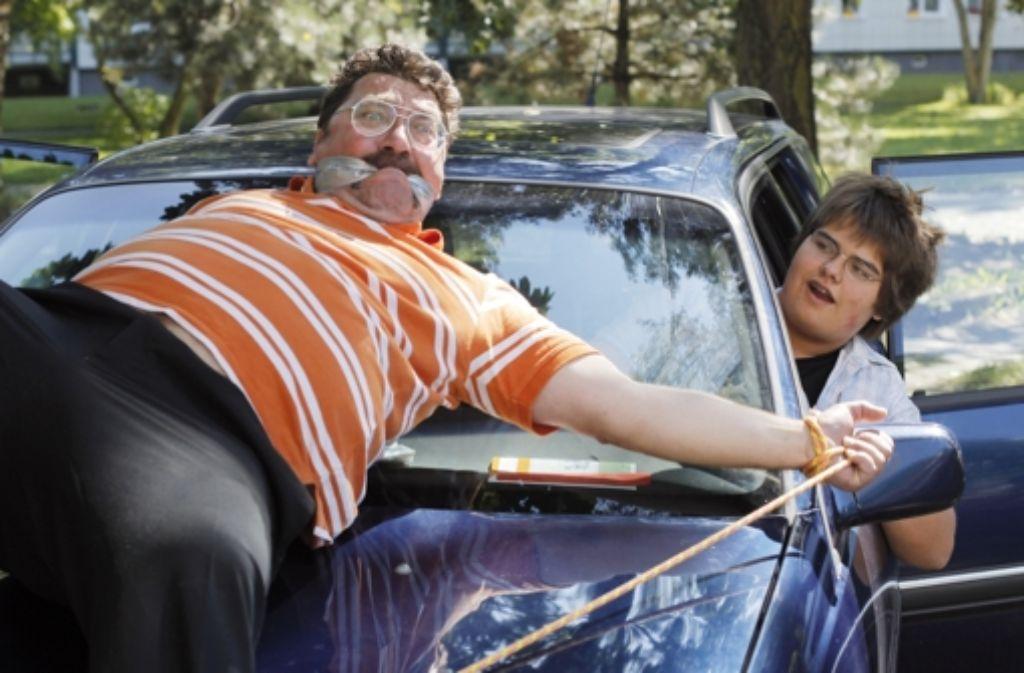 Die üblichen Vater-Sohn-Konflikte (Heiko Pinkowski, l., und Florian Herbst)  werden in dieser schönen deutschen Komödie kreativ ausgetragen. Foto: Salzgeber & Co. Medien GmbH