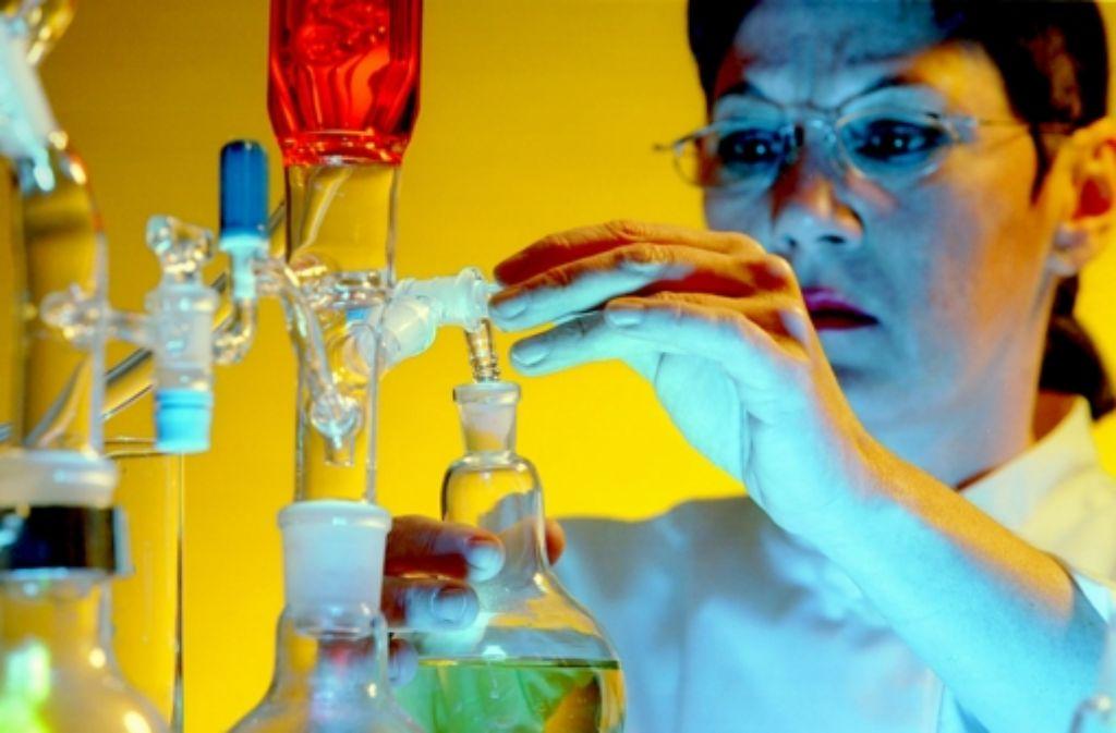 Eine Laborantin füllt Chemikalien ab – viele Stellen an den Hochschulen sind jetzt dauerhaft finanziert. Auch  wissenschaftliche Mitarbeiter profitieren von der Regelung. Foto: imago