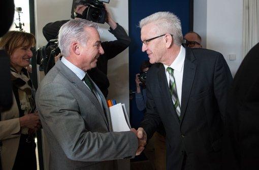 Kretschmann kommt mit grün-schwarzer Krawatte