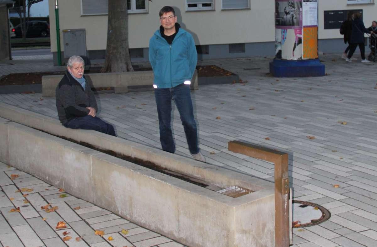 Der Vorsitzende des Vereins Kultur 70195, Uwe Tommasi (l.) und sein Stellvertreter Michael Kusche (r.) vor dem neuen Brunnen auf dem Marktplatz Foto: Torsten Ströbele