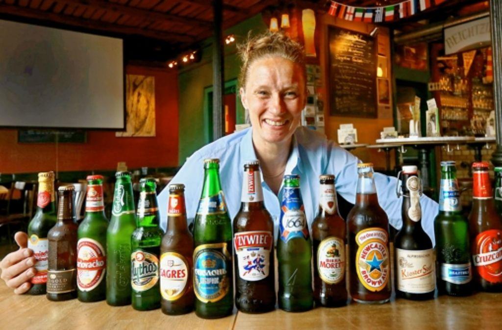 Barbara Schreiber hat aus allen EM-Ländern Biere besorgt. Foto: Achim Zweygarth