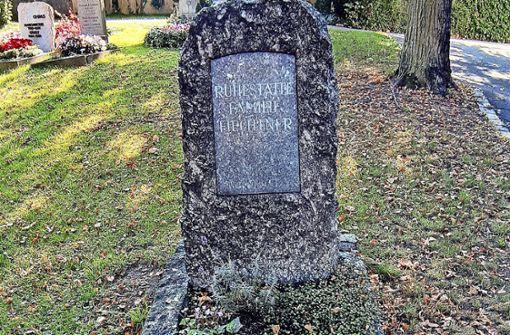 Das  Grab des Ehrenbürgers von Unkraut überwuchert