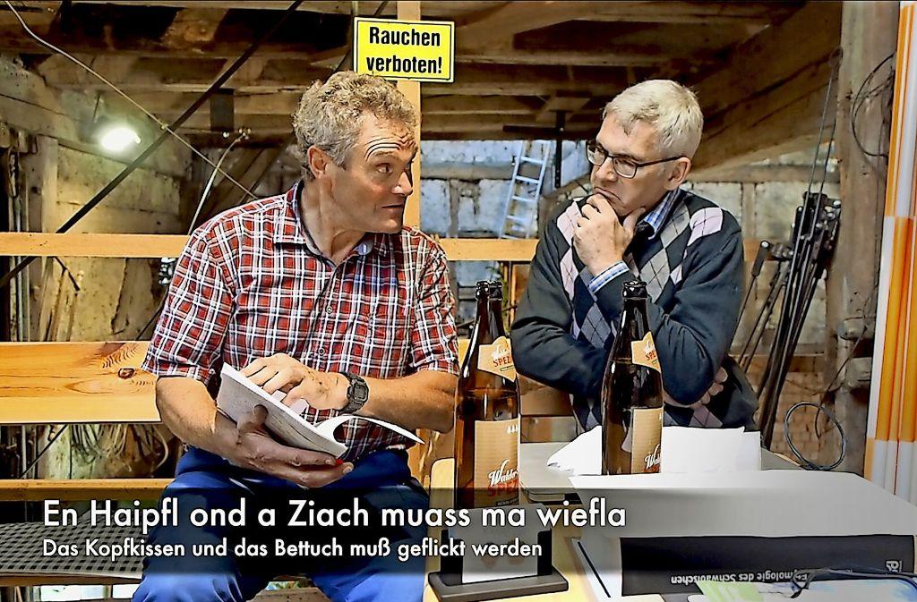 """Manchmal braucht es Untertitel: Richard Metz (li.) und Gerold Jäggle in einer Folge der Schwäbisch-Reihe """"Kanal Dialekt"""" Foto: Jäggle"""