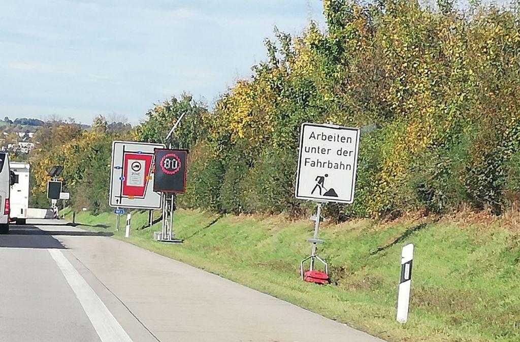 Hinweis auf eine Baustelle bei  Wendlingen in Fahrtrichtung Stuttgart, die für den Autofahrer unsichtbar ist. Foto: Kai Müller