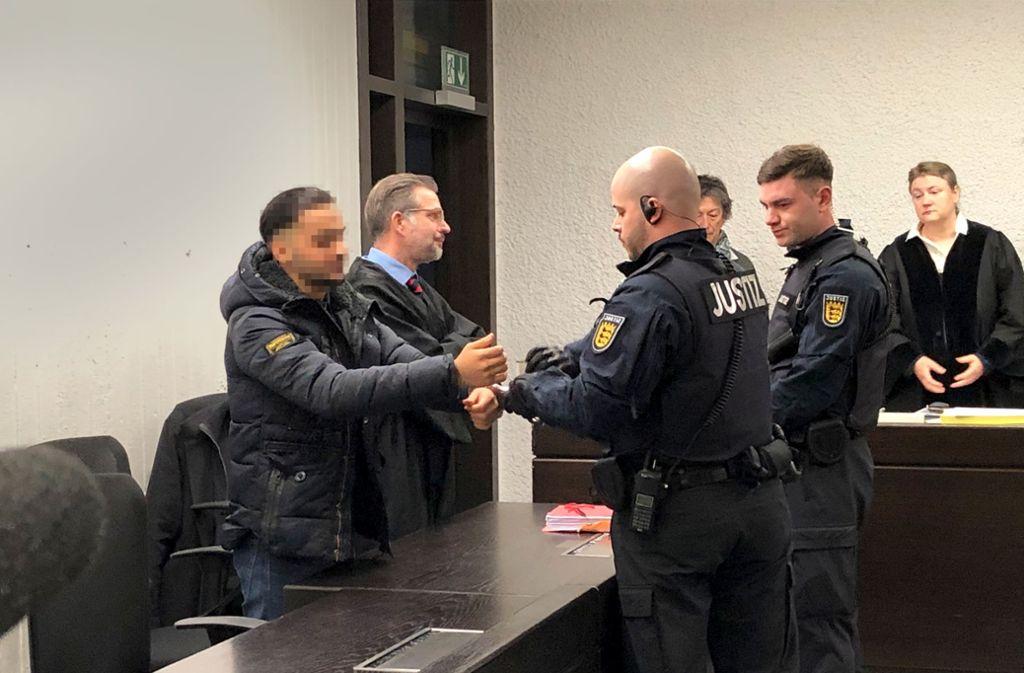Der des versuchten Mordes  Angeklagte (links) gibt sich vor Gericht selbstbewusst. Foto: G. Stavrakis