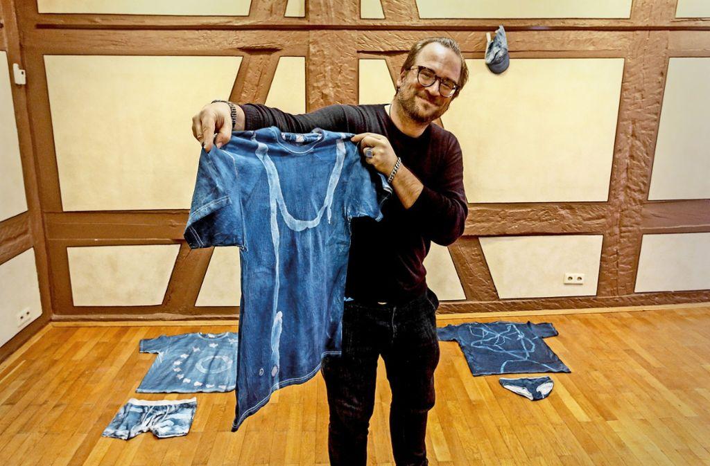 Christian Baudisch zeigt neue Ausstellungsstücke: ein Shirt mit Darm. Foto: factum/Bach