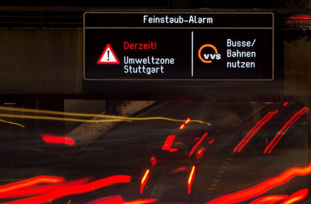 Sobald der Klimatologe eine kritische Wetterlage erkennt, alarmieren elektronische Anzeigetafeln die Autofahrer in Stuttgart. Foto: dpa
