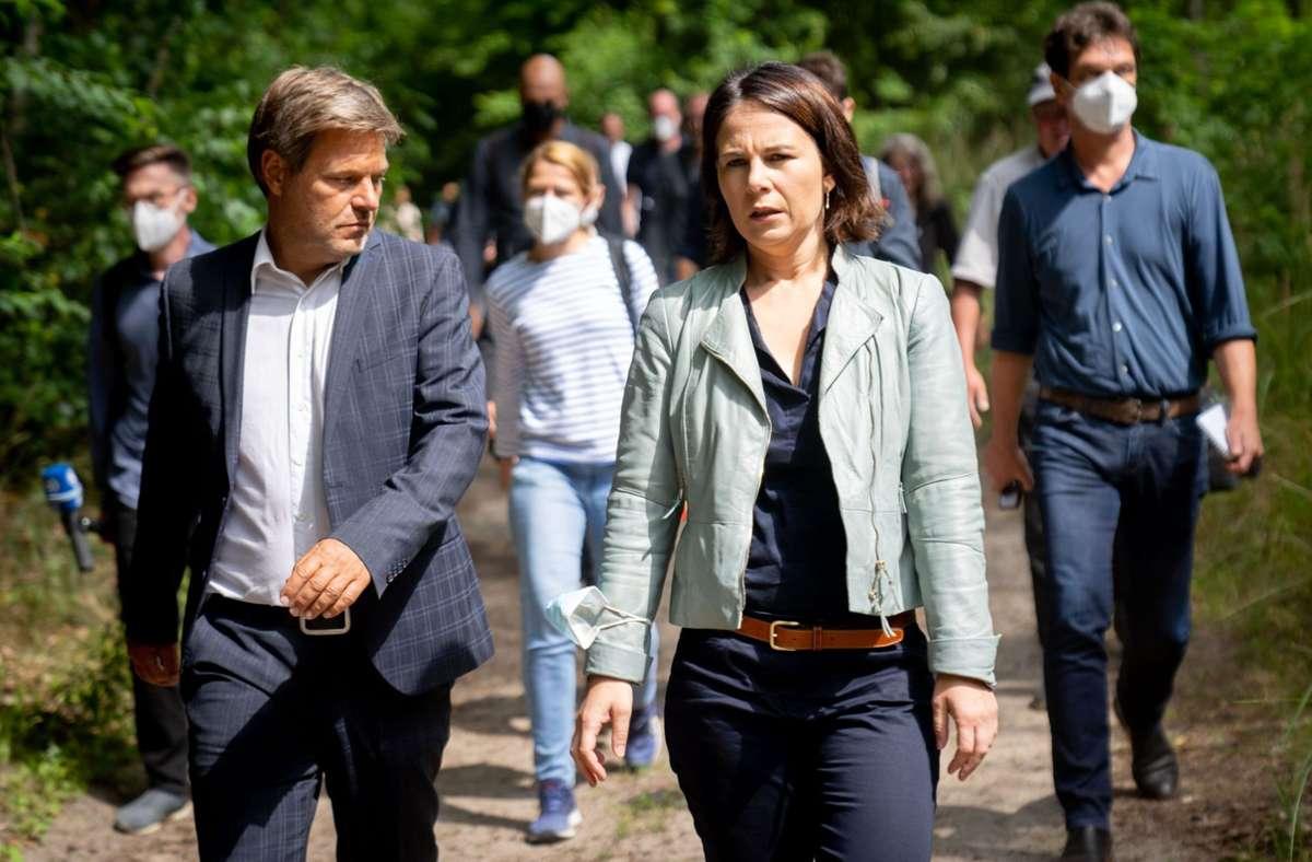 Am Dienstag waren Annalena Baerbock und Robert Habeck im Brandenburger Wald unterwegs. Foto: dpa/Kay Nietfeld