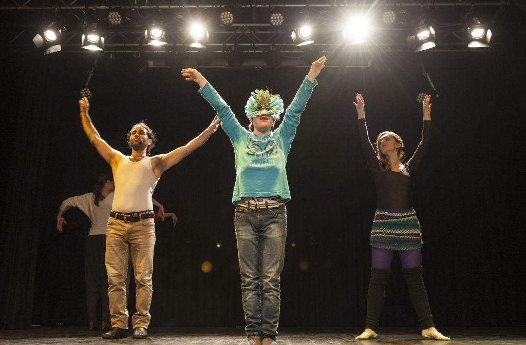 Julius Könekamp (Mitte) mit dem Tanzlehrer Reza Golemohammad und Irena Trisic, die  in der Cranko-Schule ausgebildet wurde. Foto: