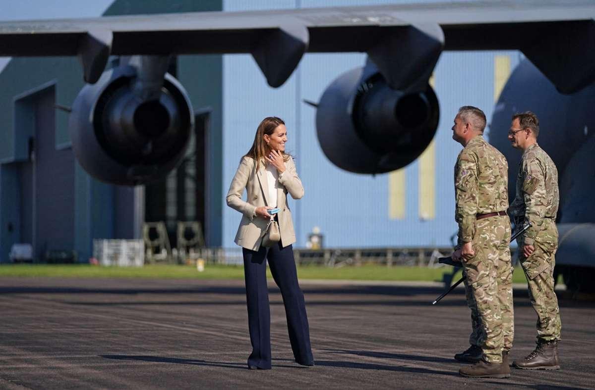 Herzogin Kate traf Soldaten, die vor Kurzem aus Afghanistan zurückgekehrt sind. Foto: AFP/STEVE PARSONS