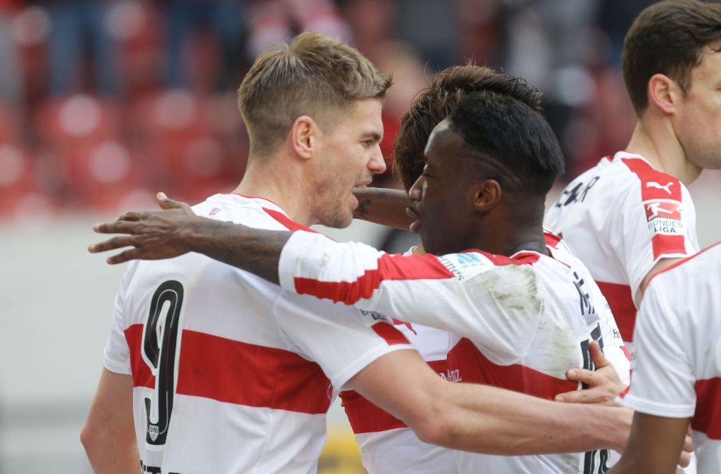 Simon Terodde (links) Carlos Mané jubeln über den Sieg des VfB Stuttgart gegen den SV Sandhausen. Foto: Pressefoto Baumann