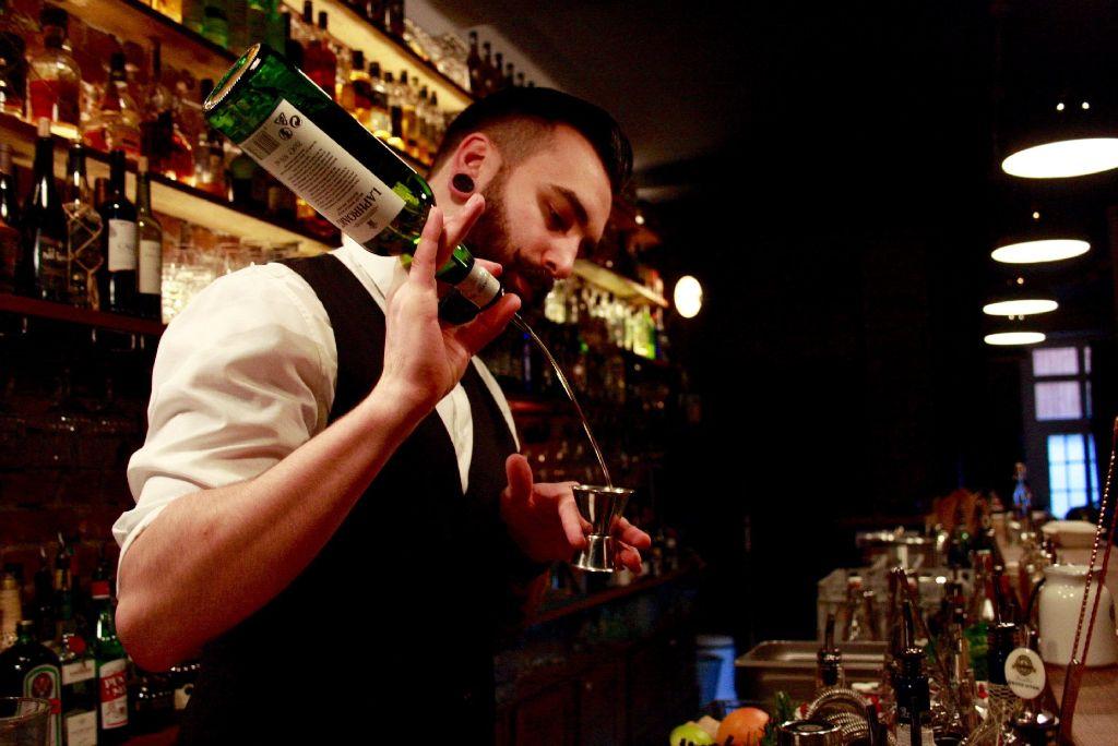 Julian Klotz (25) ist Barkeeper im Paul & George... Foto: Nadja Dilger