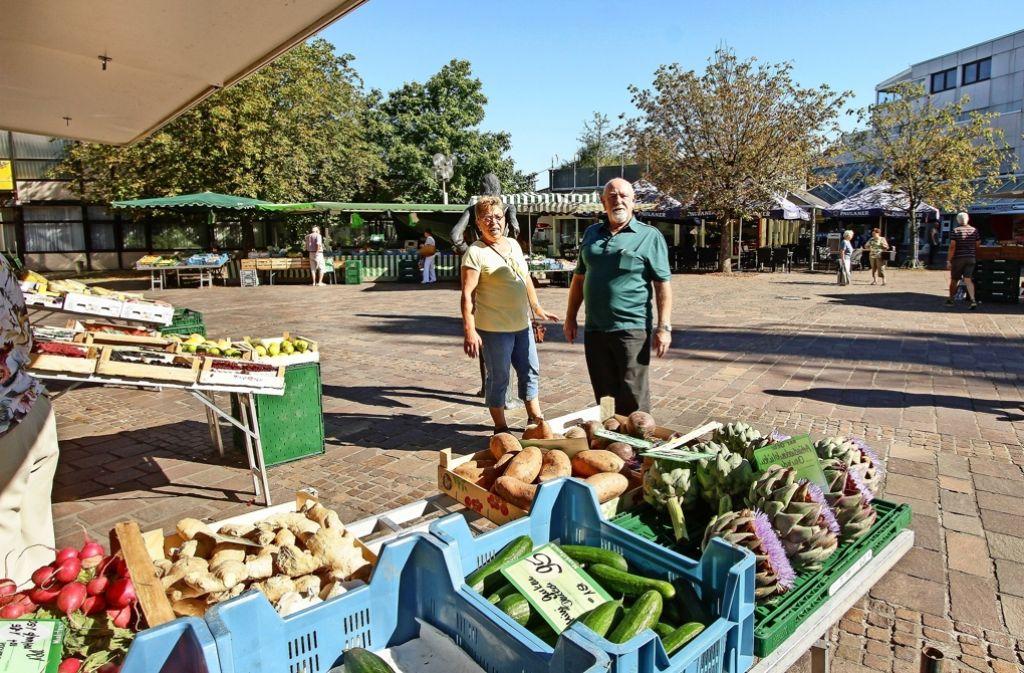 Heidi und Günther Würth haben bis vor zwei Jahren  am Freiberger Marktplatz  Obst und Gemüse verkauft. Inzwischen kommen sie selbst als Kunden. Foto: factum/Bach