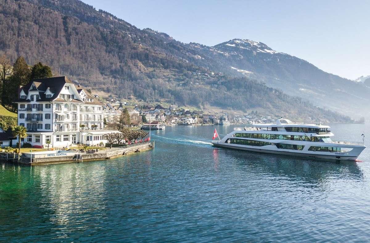 Die MS Diamant verlässt den Hafen in Weggis  Foto: Luzern Tourismus/ Marvinho dos Santos