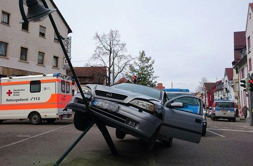 85-Jährige rammt mit Opel Straßenlaterne