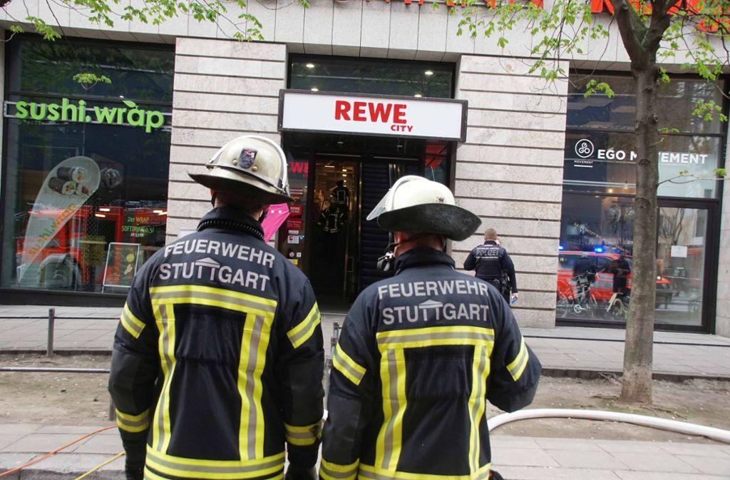 Die Feuerwehr ist am Mittwochmorgen zu einer Supermarkt-Filiale in Stuttgart-Mitte ausgerückt. Foto: Andreas Rosar Fotoagentur-Stuttg