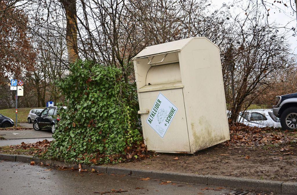 Auf dem Parkplatz hinter dem Ökumenischen Zentrum wurde wieder ein Altkleidercontainer aufgestellt. Foto: Janey Schumacher