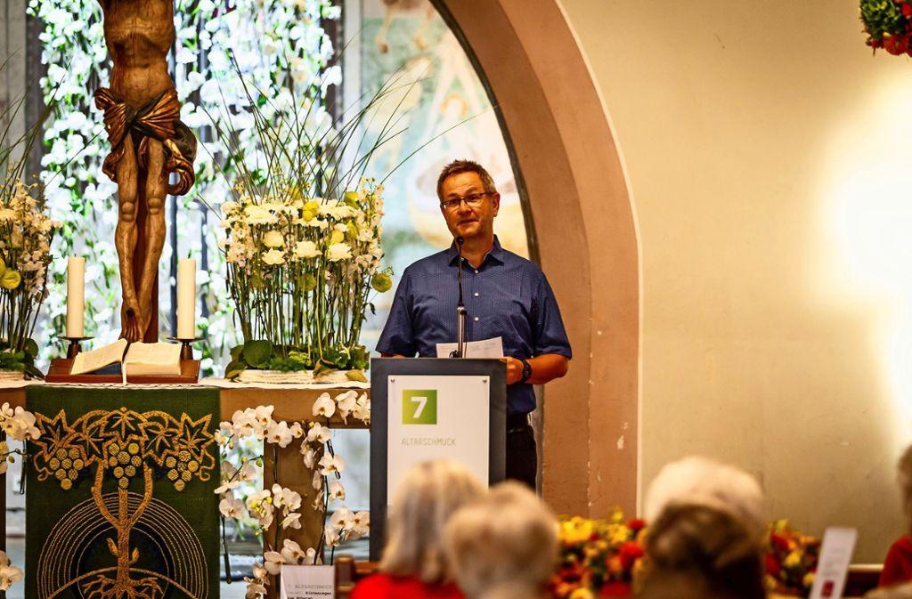 Pfarrer Ernst-Michael Wahl begrüßt die Gäste in der Mauritiuskirche. Foto: Nicklas Santellli