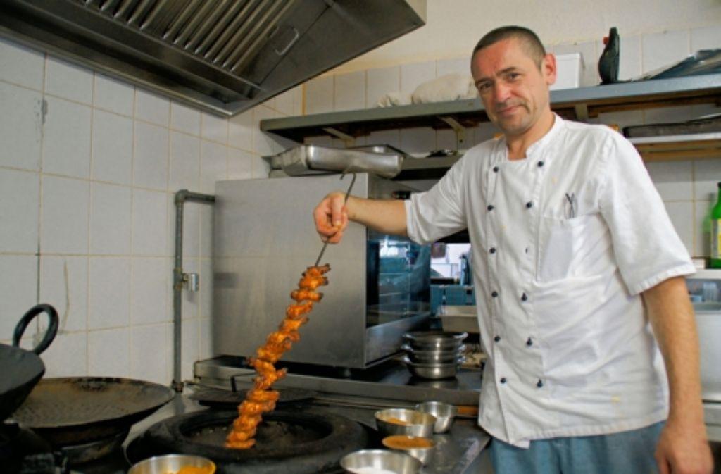 Oliver Tinz grillt im indischen Tandoor Hühnchenschlegel. Foto: Leonie Hemminger