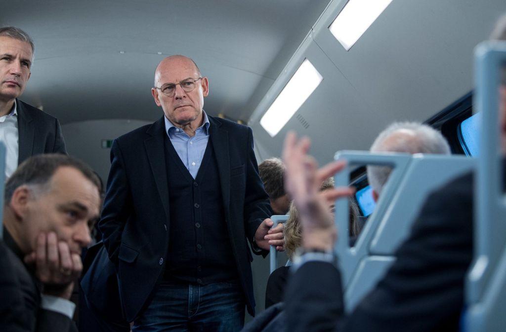 Sven Hantel und Berthold Huber von der Deutschen Bahn AG hören sich gemeinsam mit Landesverkehrsminister Winfried Hermann die Kritik der Pendler an. Foto: dpa