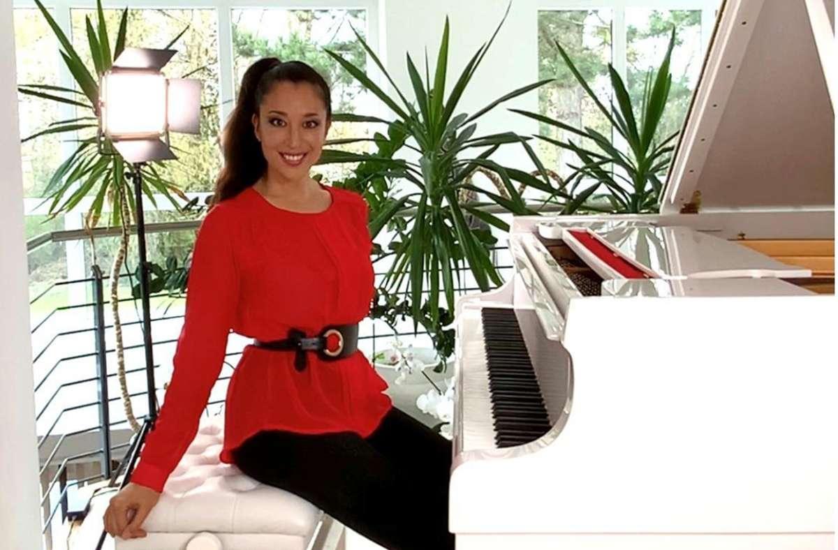 Die  Zahnärztin Elisa Kafritsas, Gründerin  des Instagram-Portals @pianotaste,  an ihrem Flügel. Foto: Stzn