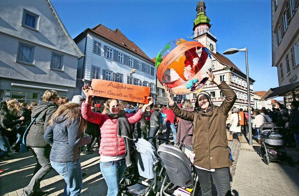 """So wie hier im Bild erstmals vor zwei Jahren hat es in Kirchheim auch in diesem Jahr wieder den Tanz-Flash-Mob """"One Billion Rising"""" gegeben. Foto: Horst Rudel/Archiv"""