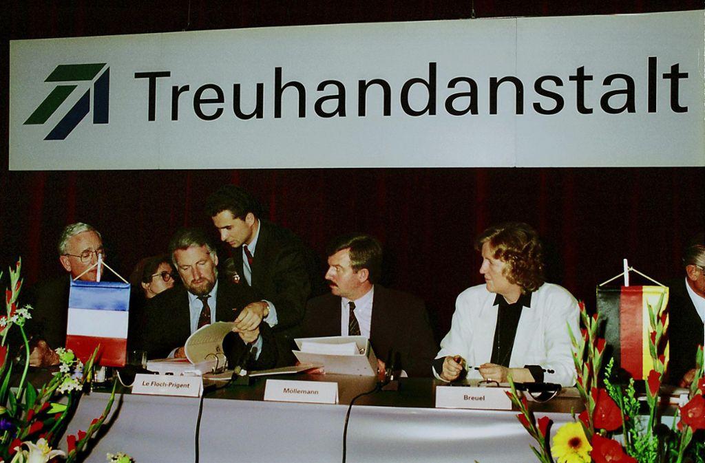 Bundeswirtschaftsminister Jürgen Möllemann (Mitte) und die damalige Treuhandpräsidentin Birgit Breuel (rechts) verkaufen die Leuna-Raffinerie an Elf-Chef Loïk Le Floch-Prigent. Foto: StZ