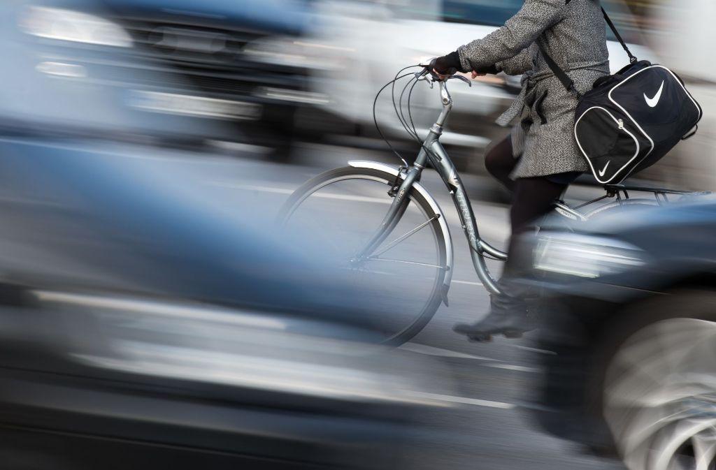 Auch in Stuttgart kommt es zu Konfliktsituationen zwischen Fahrrad- und Autofahrern. Diese sind aber nicht so ausgeprägt wie in anderen Städten (Symbolbild). Foto: dpa