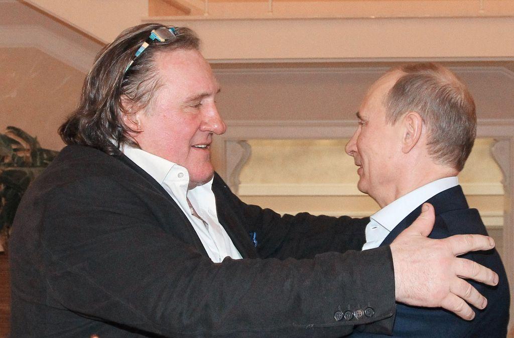 Gerard Depardieu umarmt den russischen Präsidenten Wladimir Putin. Der französische Schauspieler hat seit 2013 einen russischen Pass. Foto: AFP