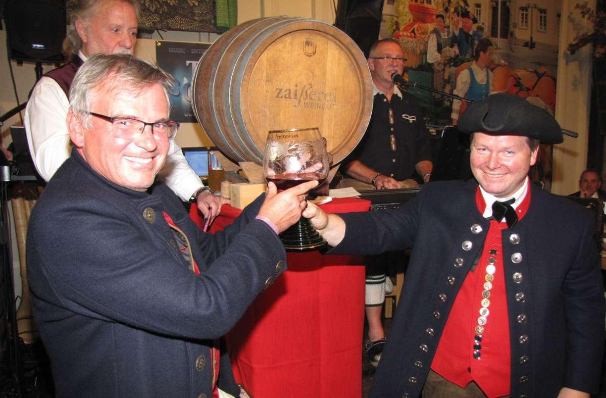 Andreas Zaiß (re.) beim Fassanstich 2019 im Weinzelt Oberamt mit dem Bad Cannstatter Schultes Bernd-Marcel Löffler. Foto: Edgar Rehberger