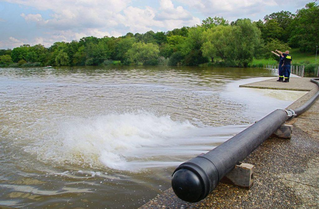 Über Wasserstrahlen belüftet das THW den bereits gekippten See. Foto: 7aktuell.de/Andreas Werner