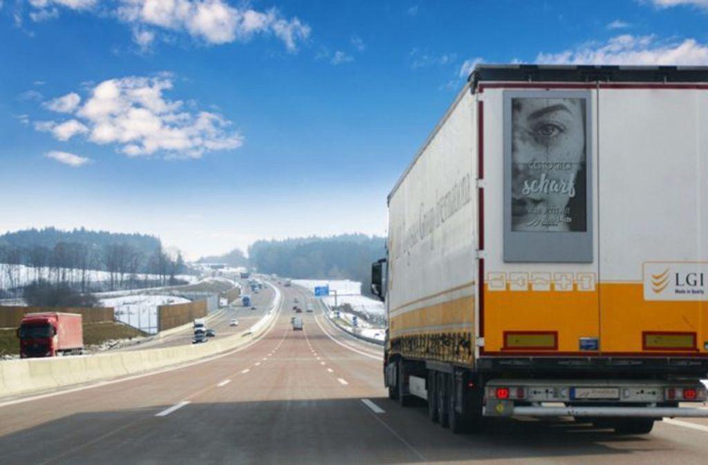 Roadads Interactive hat eine Werbefläche für das Heck von LKW entwickelt, die flexibel bespielt werden kann. Foto: RoasAds Interactive