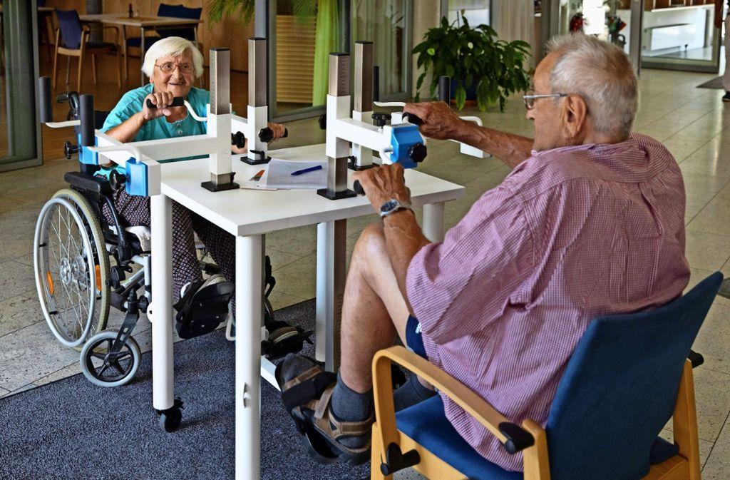 Maria Kolf und Erich Bücheler geben am Plaudertisch kräftig Gas. Foto: Frank Eppler