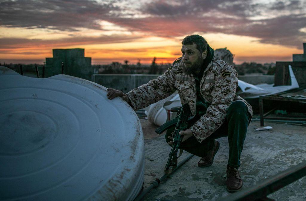Ein Kämpfer der international anerkannten Regierung in Libyen Foto: dpa/Amru Salahuddien