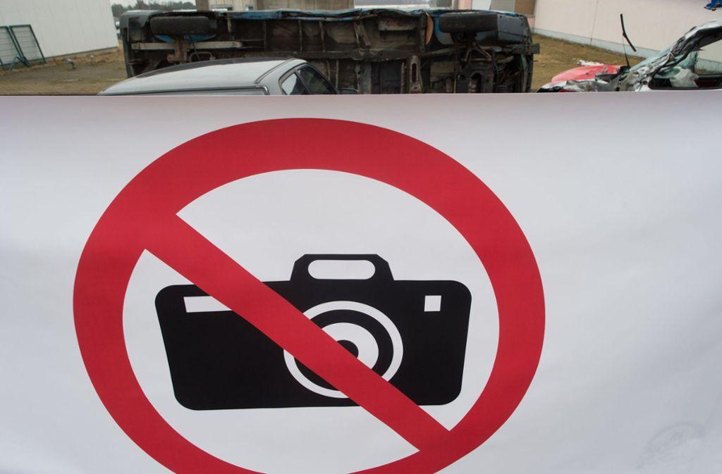 """Eine Sichtschutzplane mit dem Piktogramm """"Fotografieren verboten"""" spannt auf einem Übungsgelände der Feuerwehrtechnischen Zentrale des Landkreises Jerichower Land vor einem simuliertem Unfallort. Foto: dpa/Klaus-Dietmar Gabbert"""