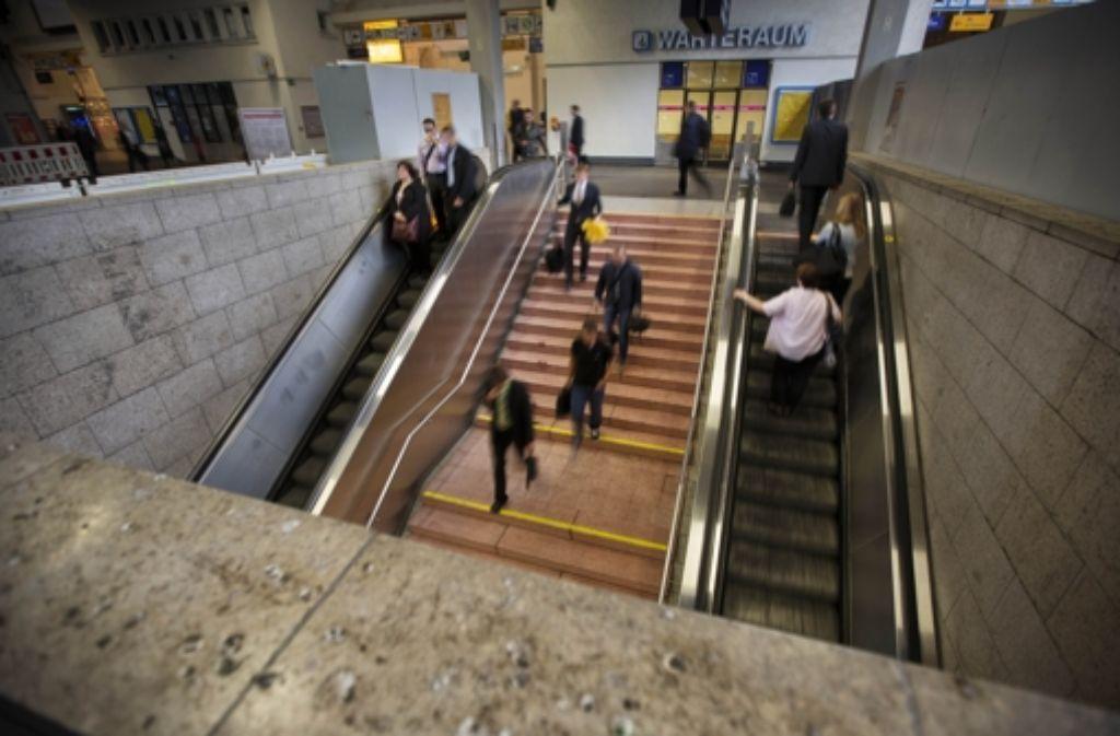 Wenn der Abgang zur S-Bahn geschlossen ist, müssen sich Fahrgäste an neue Wege im Bahnhof gewöhnen. Foto: Gottfried Stoppel