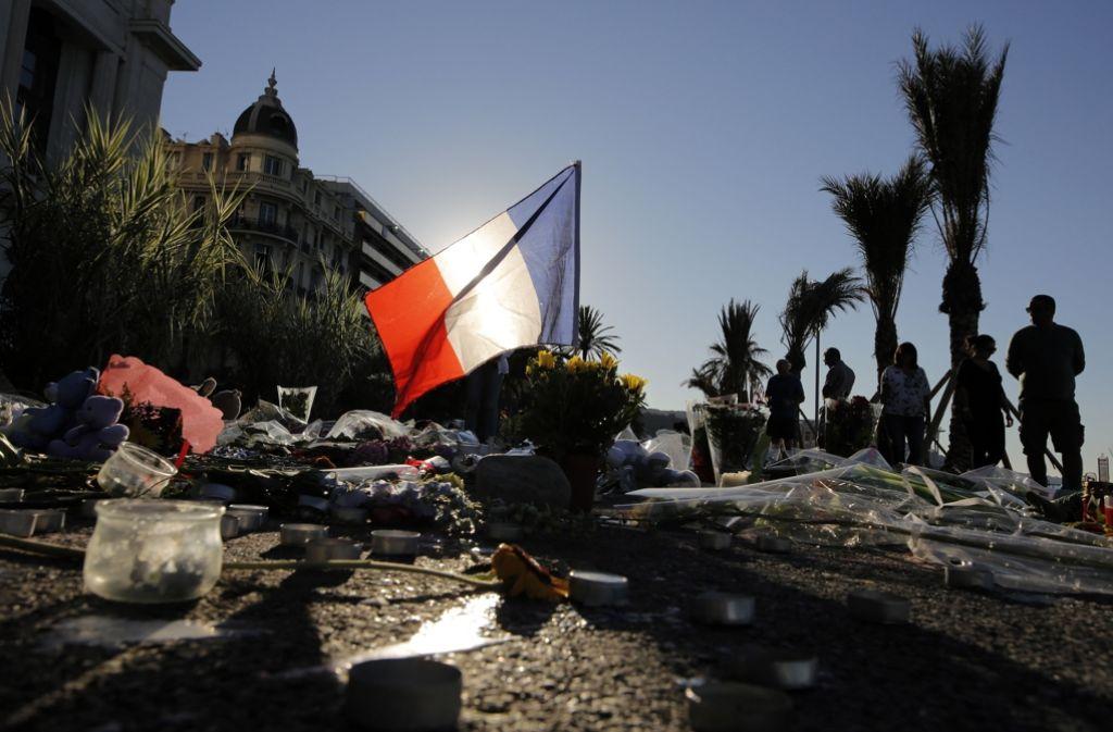 Blumen liegen an der Promenade in Nizza. 84 Menschen haben hier ihr Leben verloren. Foto: AP