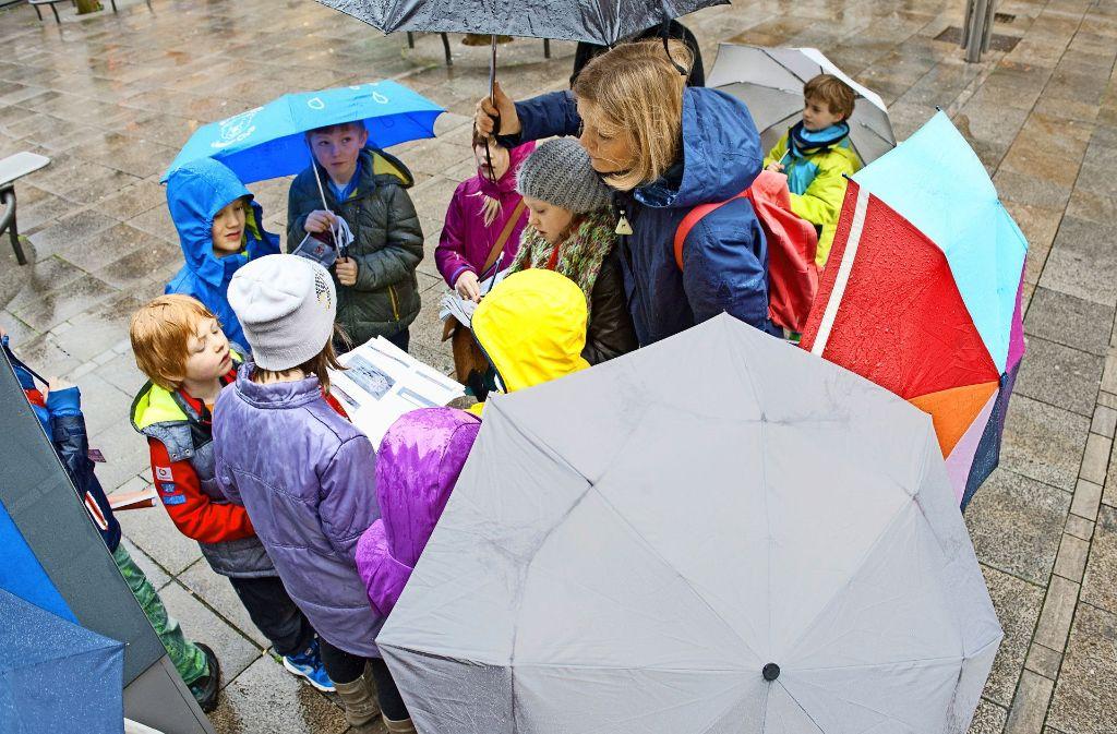 Wer war der Dieb? Bei einer Rallye durch die Innenstadt durften die Kinder in die Fußstapfen ihren Bücherhelden leon und Lea treten. Foto: Lg/Willikonsky