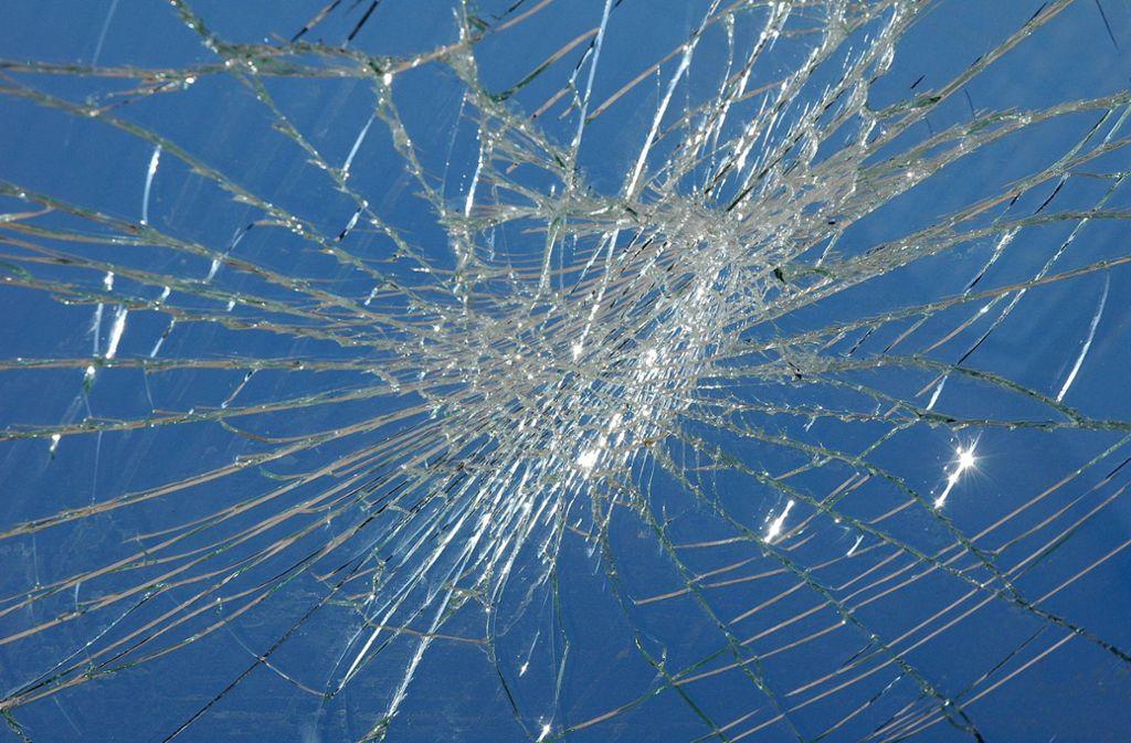Unbekannte haben Steine auf ein Fenster geworfen und  die Scheibe beschädigt. (Symbolbild) Foto: imago images/Steinach