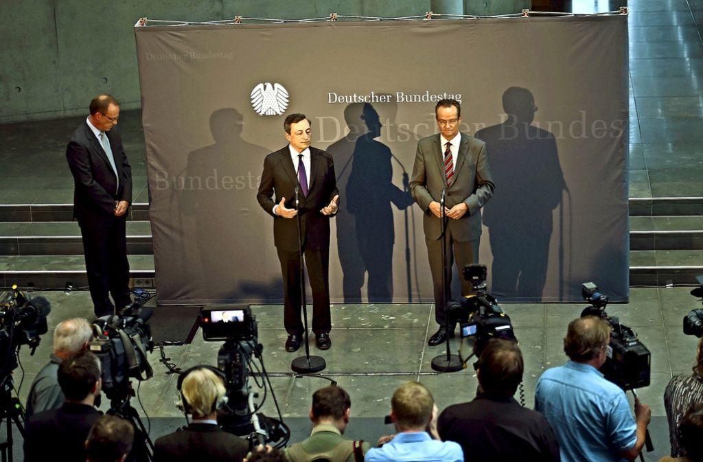 Nach dem Auftritt im Bundestag traten EZB-Chef Mario Draghi  (links) und der Europaausschussvorsitzende Gunther Krichbaum (CDU) gemeinsam vor die Presse. Foto: dpa