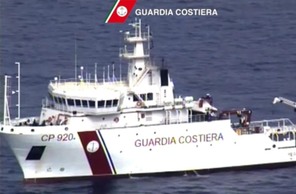 Die CP 920 Gregoretti sucht nach Opfern des Flüchtlingsunglücks vor Lampedusa. Foto: ITALIAN COAST GUARD/dpa